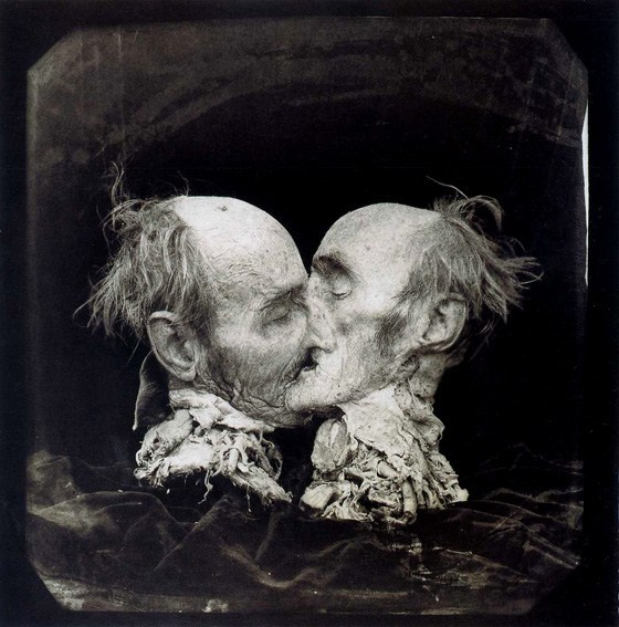 Pensieri sulla soglia - © Joel-Peter Witkin, The Kiss, 1982.