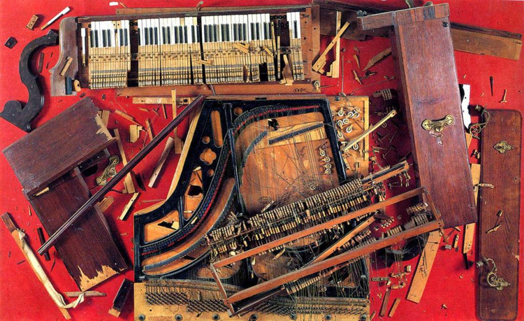Arman, Chopin's Waterloo, 1961, pezzi di pianoforte fissati su un pannello di legno, 186x30x48 cm, Parigi, Centre Pompidou.