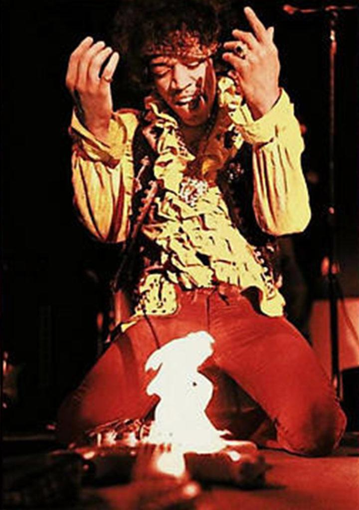 Monterey International Pop Festival, 18 giugno 1967, Jimi Hendrix dà fuoco alla Stratocaster alla fine dell'esibizione